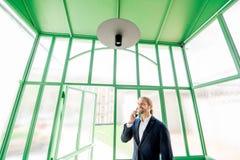 Geschäftsmann in der grünen Halle Lizenzfreie Stockbilder