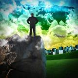 Geschäftsmann in der grünen Reisen-Stadt Stockfotos