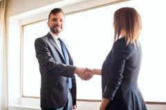 Geschäftsmann, der Hände mit einem Kunden rüttelt Lizenzfreies Stockfoto