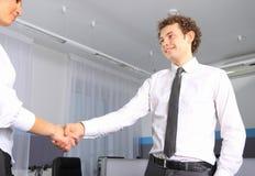 Geschäftsmann, der Hände mit einer Frau in weg rüttelt Stockbild