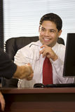 Geschäftsmann, der Hände mit Mitarbeiter rüttelt Lizenzfreie Stockbilder