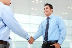 Geschäftsmann, der Hände rüttelt Lizenzfreie Stockbilder