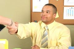 Geschäftsmann, der Hände rüttelt Lizenzfreies Stockbild