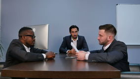 Geschäftsmann, der Hände rüttelt, um ein Abkommen mit seinem Partner während der Sitzung zu versiegeln stock video