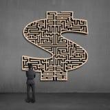 Geschäftsmann, der hölzernes mooney Formlabyrinth auf Wand gegenüberstellt Lizenzfreie Stockfotos