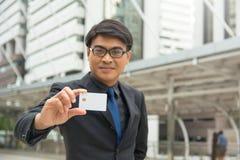 Geschäftsmann, der in der Hand eine leere Chipkarte hält Stockbild
