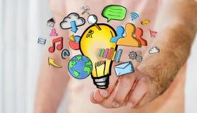 Geschäftsmann, der Hand gezeichnete Glühlampen- und Multimediaikonen hält Lizenzfreies Stockbild