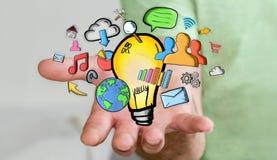 Geschäftsmann, der Hand gezeichnete Glühlampen- und Multimediaikonen hält Lizenzfreie Stockbilder