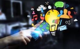 Geschäftsmann, der Hand gezeichnete Glühlampen- und Multimediaikonen hält Lizenzfreie Stockfotos