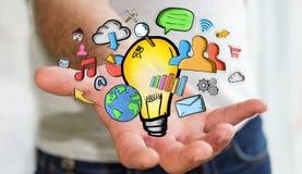 Geschäftsmann, der Hand gezeichnete Glühlampen- und Multimediaikonen hält Stockfoto