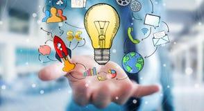 Geschäftsmann, der Hand gezeichnete Glühlampen- und Multimediaikonen hält Lizenzfreies Stockfoto