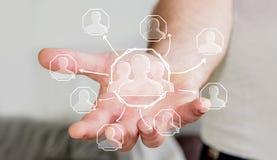 Geschäftsmann, der Hand gezeichnetes Soziales Netz hält Stockbild