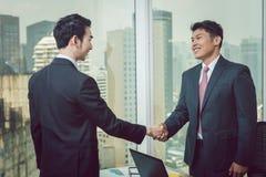 Geschäftsmann, der Hand mit seinem Partner rüttelt lizenzfreies stockfoto
