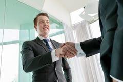 Geschäftsmann, der Hand rüttelt Lizenzfreie Stockfotos