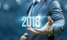 Geschäftsmann, der in der Hand 2018 zeigt Stockfotos