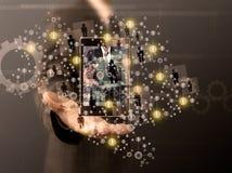 Geschäftsmann, der Handy hält Stockfoto