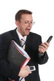 Geschäftsmann, der am Handy skreaming ist Stockfotos