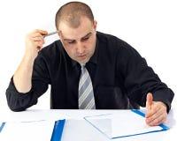 Geschäftsmann, der harte Arbeit im Büro erledigt Lizenzfreies Stockfoto