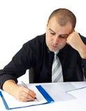 Geschäftsmann, der harte Arbeit im Büro erledigt Lizenzfreie Stockfotografie