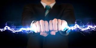 Geschäftsmann, der hellen Bolzen des Stroms in seinen Händen hält Stockfoto
