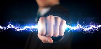 Geschäftsmann, der hellen Bolzen des Stroms in seinen Händen hält Lizenzfreie Stockfotografie