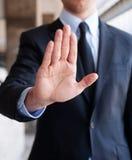 Geschäftsmann, der heraus die Hand, Anschlag anzeigend anhält Lizenzfreies Stockfoto