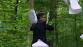 Geschäftsmann, der heraus Papiere und Aktenkoffer im Park, frei, einzeln zu sein wirft stock video