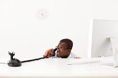 Geschäftsmann, der hinter Schreibtisch sich versteckt Lizenzfreies Stockbild