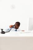 Geschäftsmann, der hinter Schreibtisch sich versteckt Stockbilder