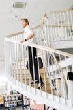 Geschäftsmann, der hinunter die Treppe geht, während, eine Tasche halten Lizenzfreie Stockbilder