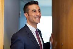 Geschäftsmann an der Hotelzimmer- oder Bürotür Lizenzfreies Stockfoto