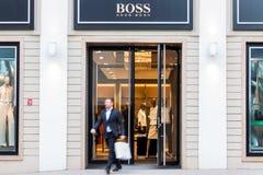 Geschäftsmann, der Hugo Boss-Modespeicher verlässt Stockfoto