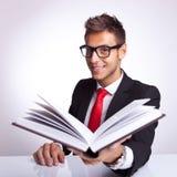 Geschäftsmann, der Ihnen sein Buch anbietet Lizenzfreie Stockfotografie