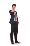 Geschäftsmann, der an Ihnen zeigt u. lächelt Stockfotografie