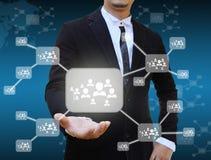 Geschäftsmann, der Ikone des Sozialen Netzes hält Stockbilder