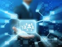 Geschäftsmann, der Ikone des Sozialen Netzes hält Lizenzfreie Stockbilder