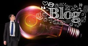 Geschäftsmann, der Ikonen und Blog gegen glühende Glühlampe betrachtet Lizenzfreie Stockbilder