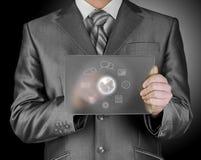 Geschäftsmann, der Ikonenglastablette bedrängt Lizenzfreie Stockbilder