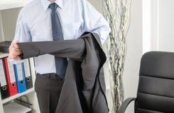 Geschäftsmann, der im Büro ankommt Stockfotos