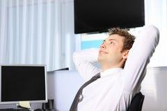 Geschäftsmann, der im Büro arbeitet Lizenzfreies Stockbild