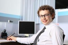 Geschäftsmann, der im Büro arbeitet Stockbild