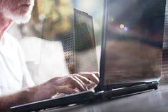 Geschäftsmann, der im Büro, Blendenfleckeffekt, Doppelbelichtung arbeitet Lizenzfreies Stockfoto