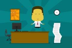 Geschäftsmann, der im Büro meditiert Stockbilder
