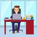 Geschäftsmann, der im Büro mit einem Laptop arbeitet Stockbild