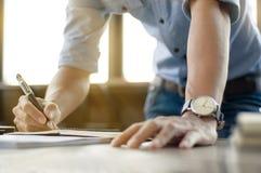 Geschäftsmann, der im Büro mit Laptop und Dokumenten arbeitet Lizenzfreies Stockbild