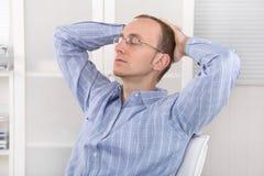 Geschäftsmann, der im Büro an mittlerweile sich entspannt Lizenzfreies Stockbild