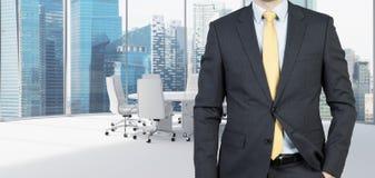 Geschäftsmann, der im Büro steht Stockfoto