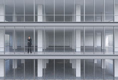 Geschäftsmann, der im Gebäude steht Lizenzfreie Stockbilder