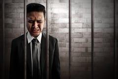 Geschäftsmann, der im Gefängnis schreit stockbilder