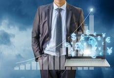 Geschäftsmann, der im globalen Markt arbeitet Lizenzfreie Stockbilder